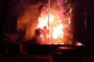 Ночью в одном из районов Свердловской области случился страшный пожар, оставивший без крова людей. Все живы, но спасались от огня в чём были, и больше ничего не спасли. Помощь собирают всем миром.